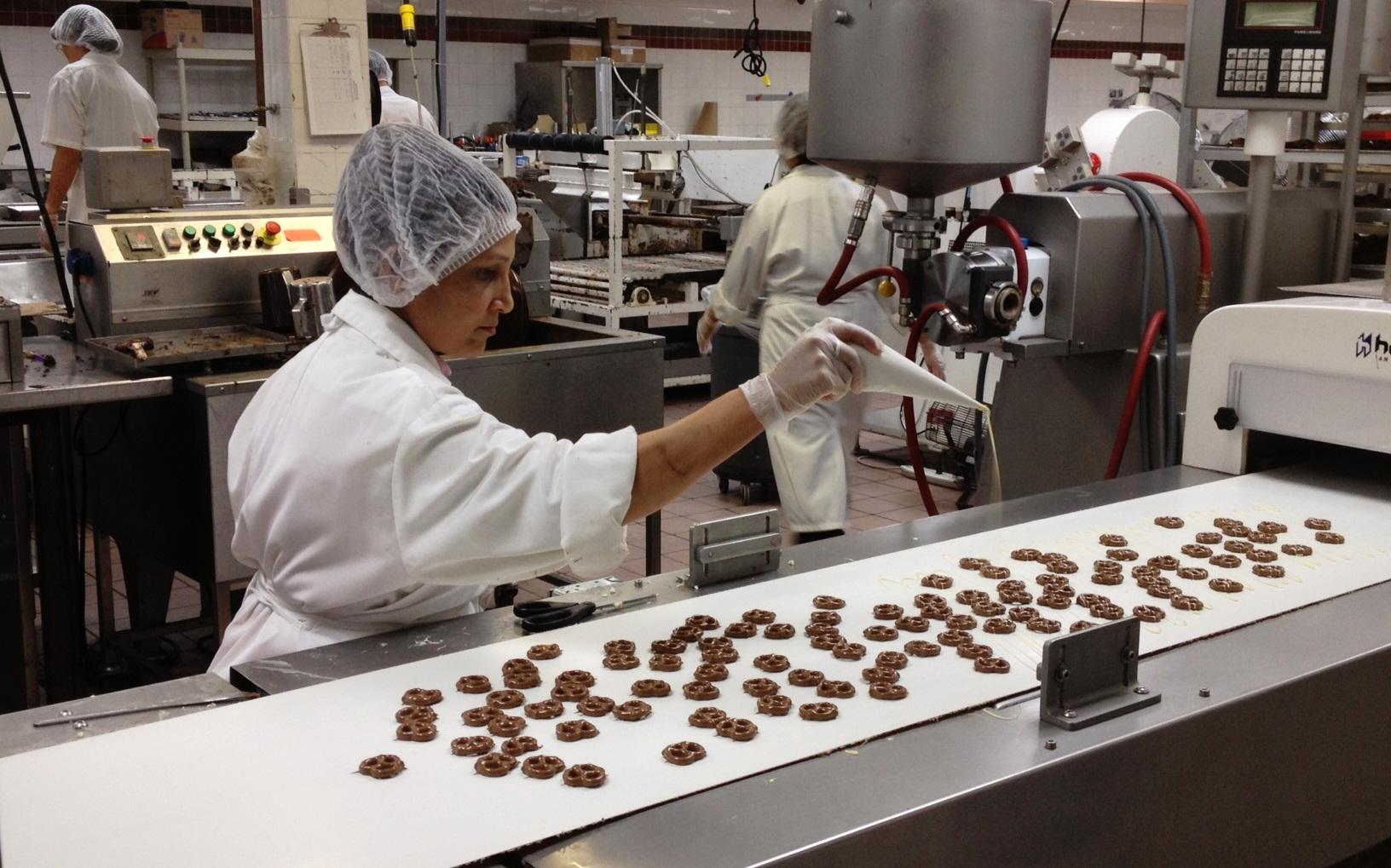 как делают шоколад фото происходит приготовление
